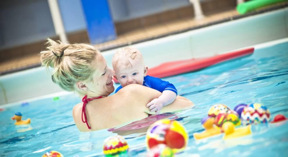 consejos para llevar bebe a piscina publica